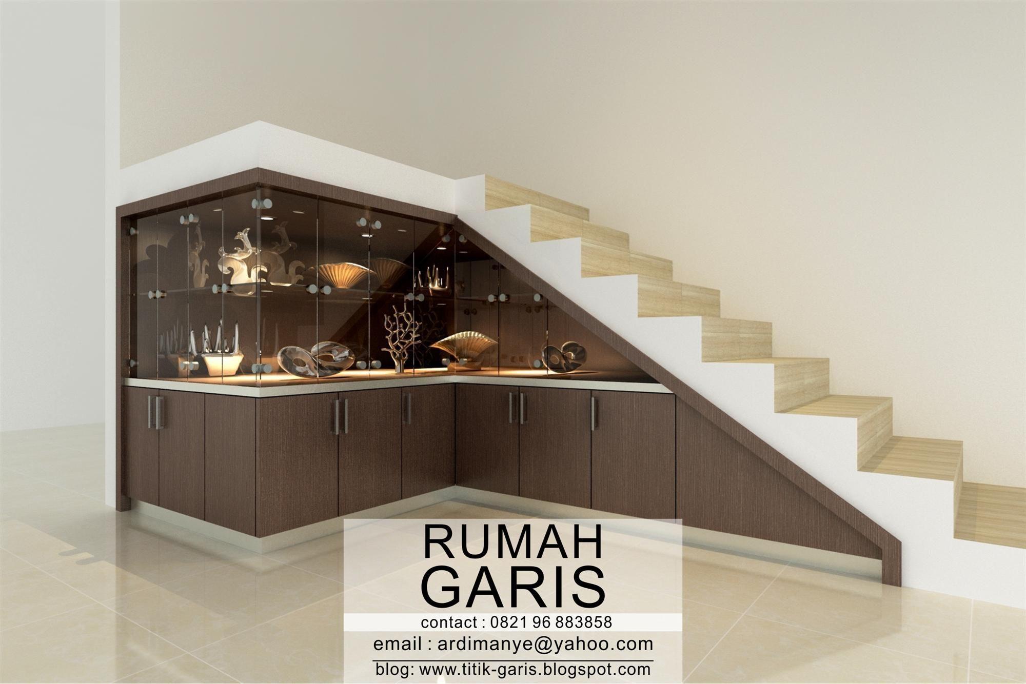desain lemari kaca bawah tangga finish HPL motif kayu