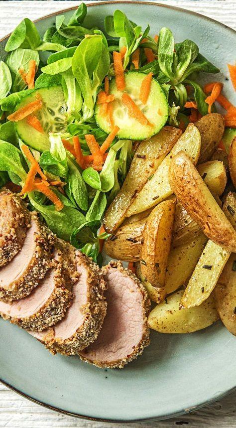 Saftiges Schweinefilet mit Senfkruste, Rosmarindrillingen und buntem Feldsalat - Schwein gehabt   Rezepte mit Schweinefleisch -