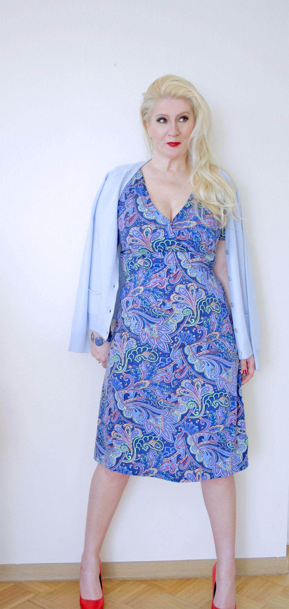 Blaues Kleid mit Paisley-Muster aus weicher Baumwolle mit hellblauem Sommer-Cashmere-Jäckchen