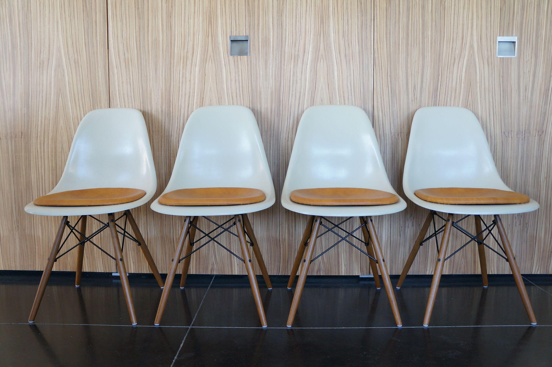 Eames Dsw Stoel : Prachtige set van eames dsw fiberglass stoelen in gebroken wit met