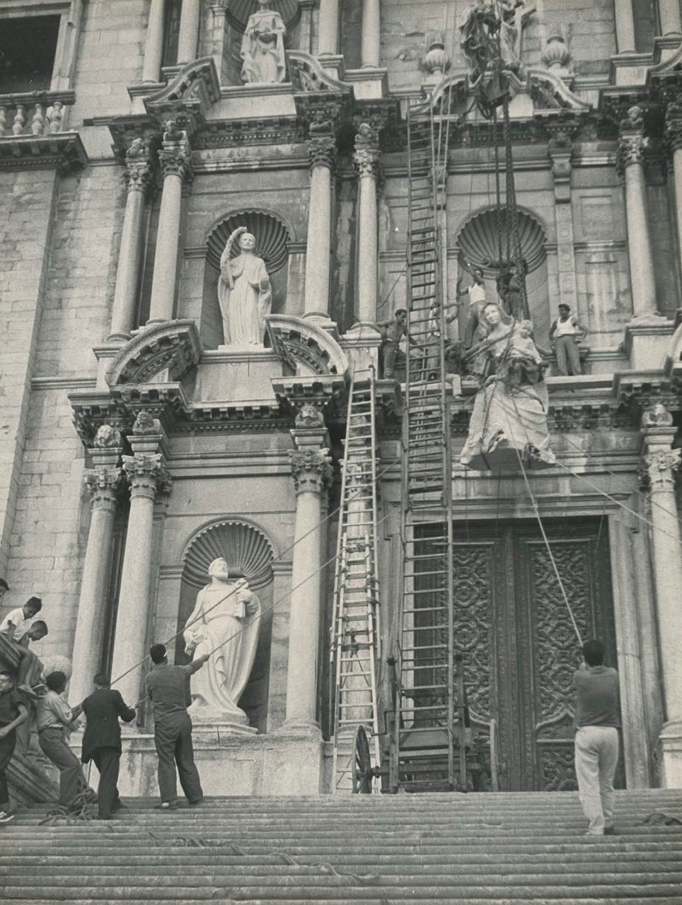 1962 girona Instal·lació de l'escultura de la Verge Maria, elaborada per Jaume Busquets, a la façana de la Catedral. L'obra fou beneïda pel bisbe Cartañà el dia de la Mare de Déu d'Agost, i posteriorment col·locada a la part central de la façana barroca
