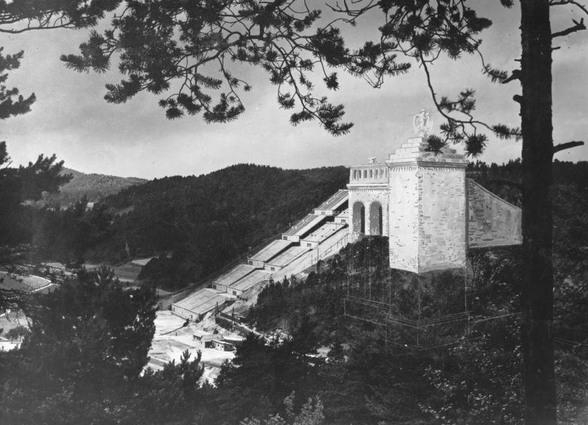 Tribüne im Wald: Im Hirschbachtal bei Oberklausen gab es einen Hang mit in etwa dem gleichen Steigungswinkel, den auch die Tribünen haben sollten. Die Arbeiter hatten ihn zunächst roden müssen, bevor die Betonfundamente gesetzt wurden.