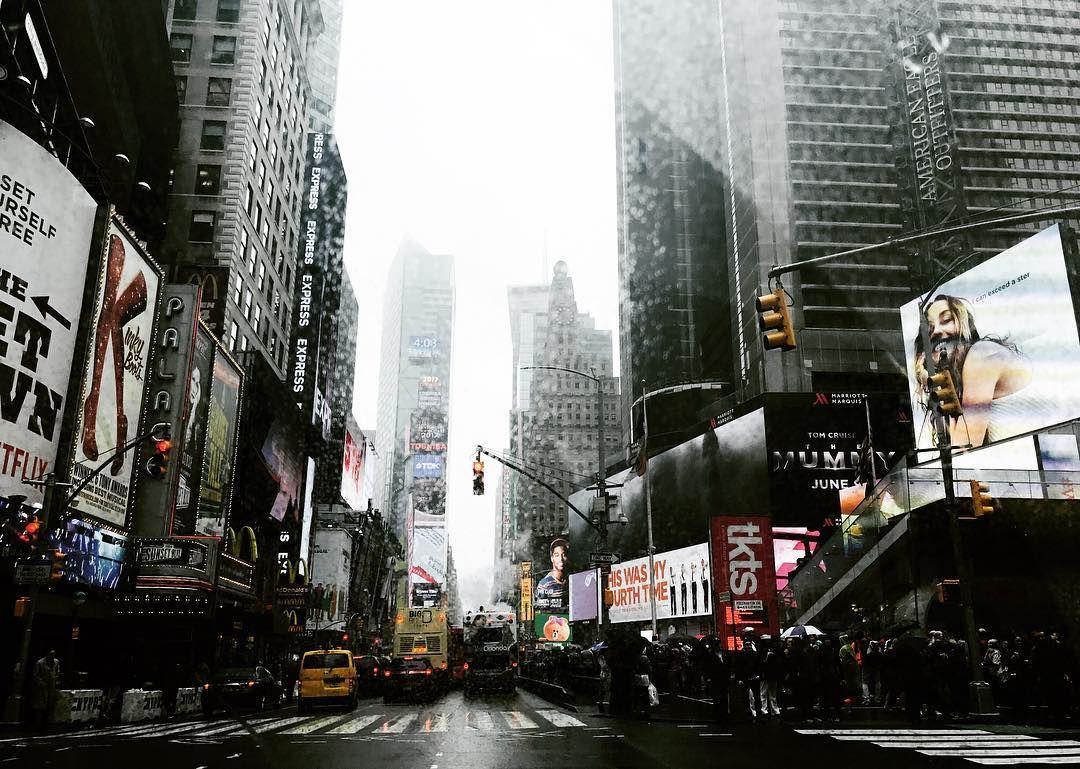 비가 내리면 내리는대로 어여쁜 뉴욕 ☔️ #뉴욕 #출장 #커리어페어 #careerfair . . . . . #usa #travel #traveling #businesstrip #newyork #nyc #timessquare #rainyday #hilton #hotel #goodnight #미국 #여행 #여행스타그램 #비 #흐림 #피곤 #여행에미치다 #커피 #스타벅스 #호텔 #박람회 #타임스퀘어 http://tipsrazzi.com/ipost/1522849335452597718/?code=BUiP2b2F33W