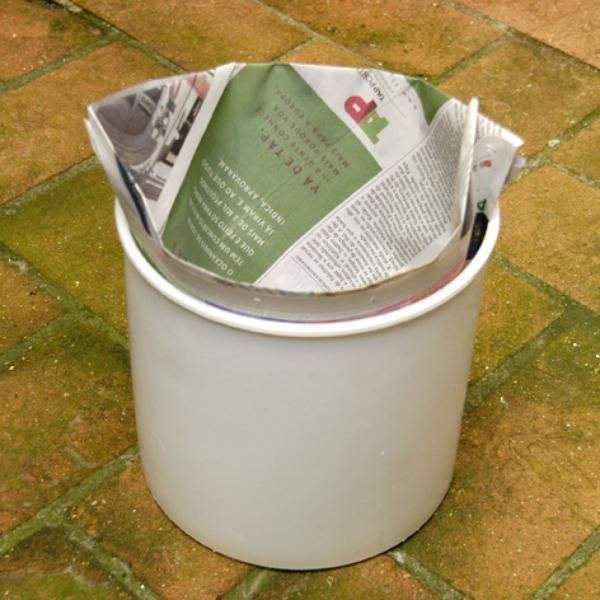 Aprenda a forrar lixo com jornal e aposente sacos plásticos