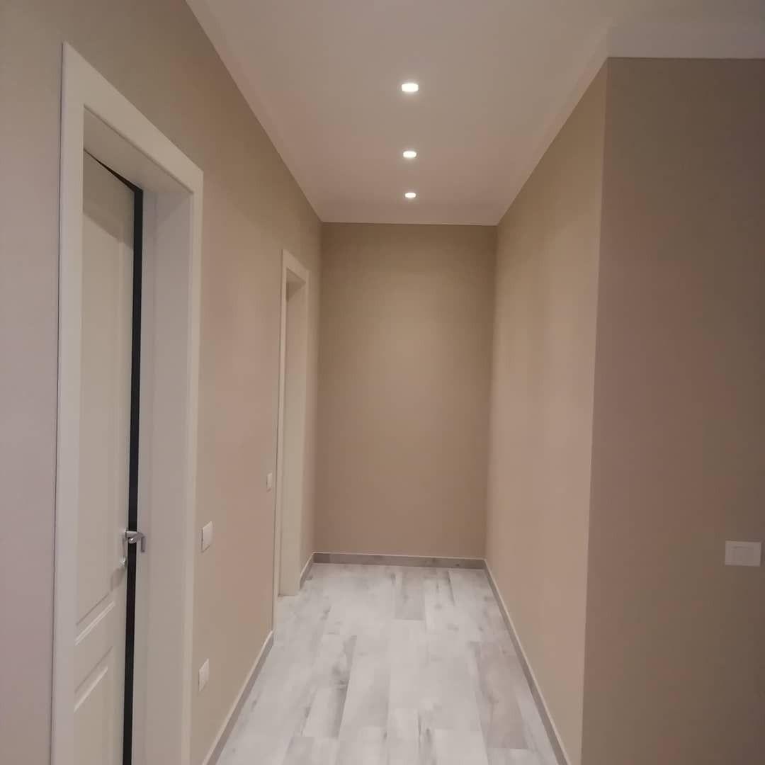 illuminazione corridoio con faretti in gesso e lampade a