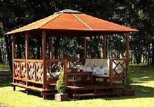 Diseño de pergola con techo, ideal para jardines y superficies al aire libre.