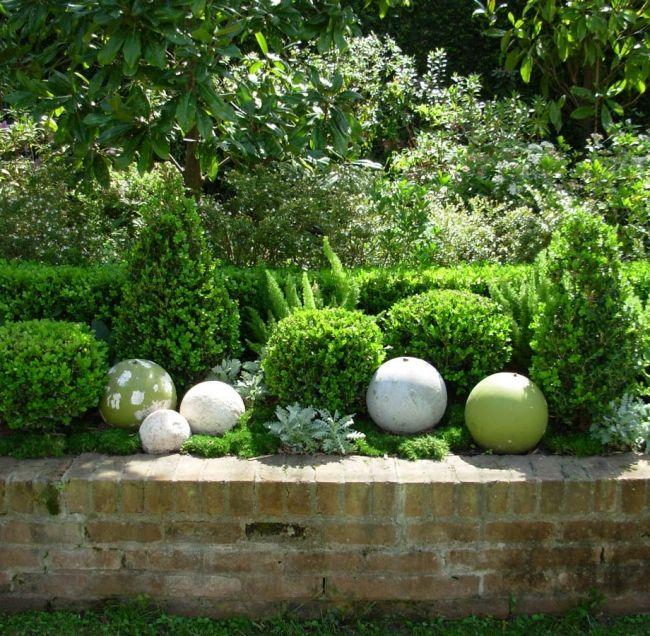 gartenideen bunt bemalte steinkugel blumenbeete buchsbäume, Hause und Garten