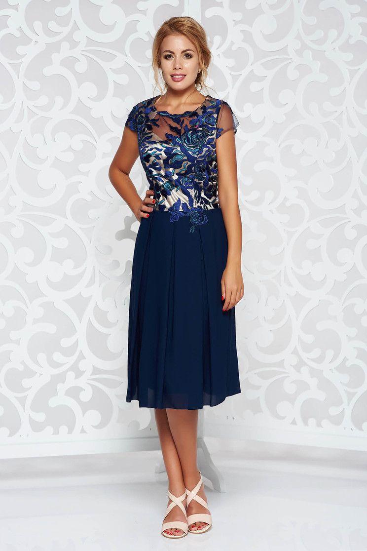 98b3683ab0 Bézs elegáns két részes női kosztüm hímzett betétekkel. Rendkivül elegáns  női kosztüm. Térdig érő