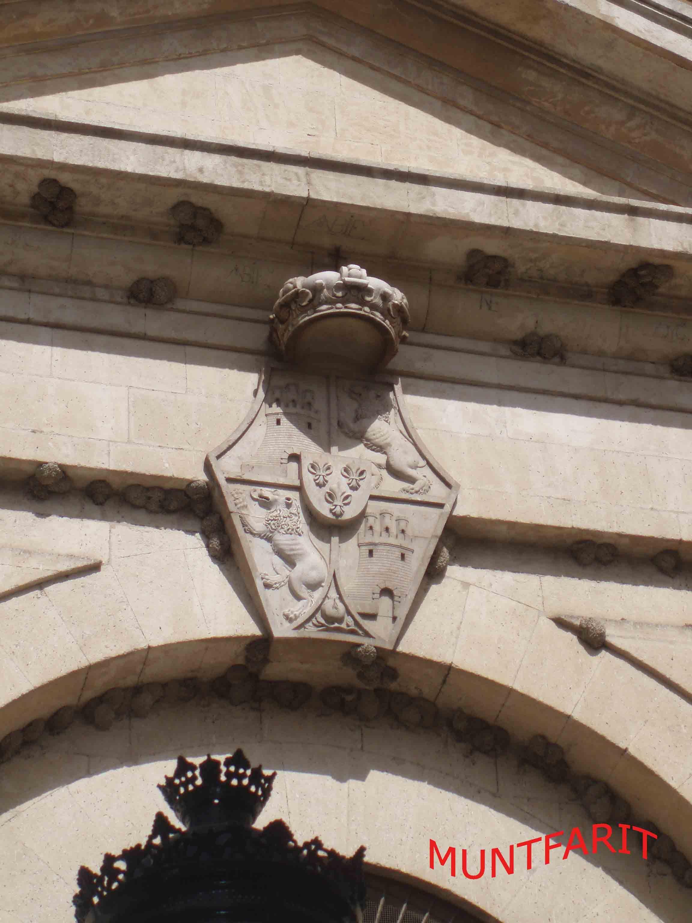 Escudo del rey Carlos III que preside la entrada a la iglesia