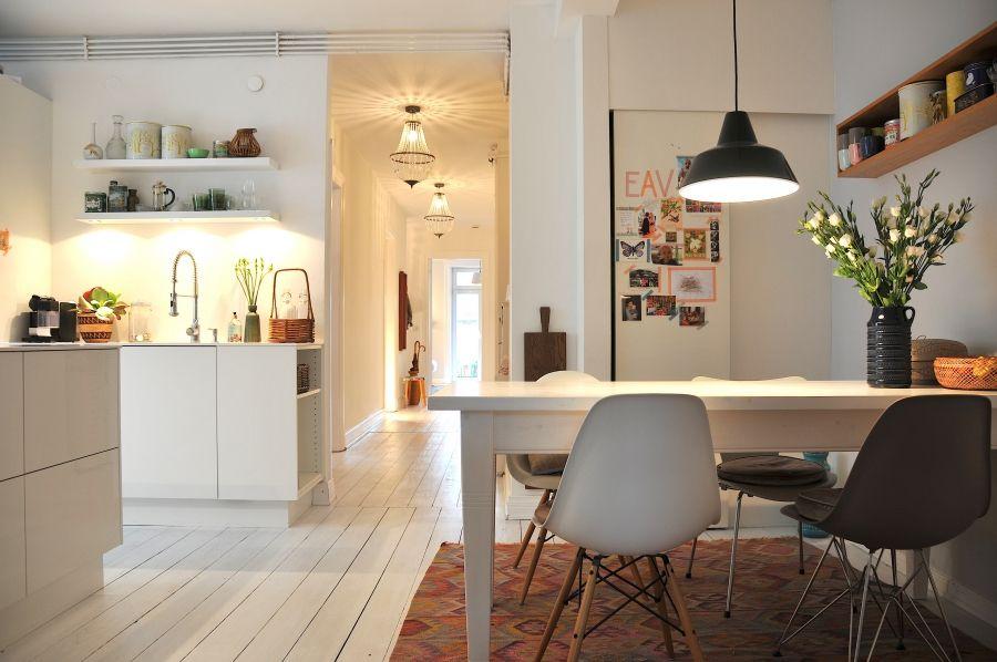 Essplatz in der Küche, Tags Kelim, Eames chairs, Louis Poulsen Lampe