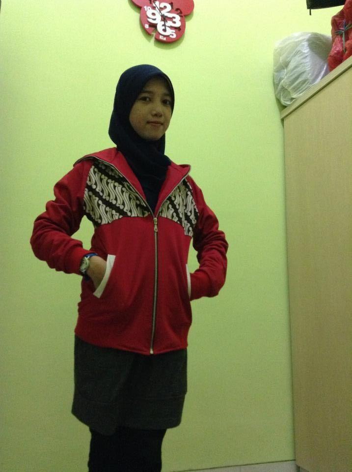 jaket Batik Medogh juga pas lho buat cewek :) Cantik kan ya, secantik konsumen kami ini Mbak Najihatur :)