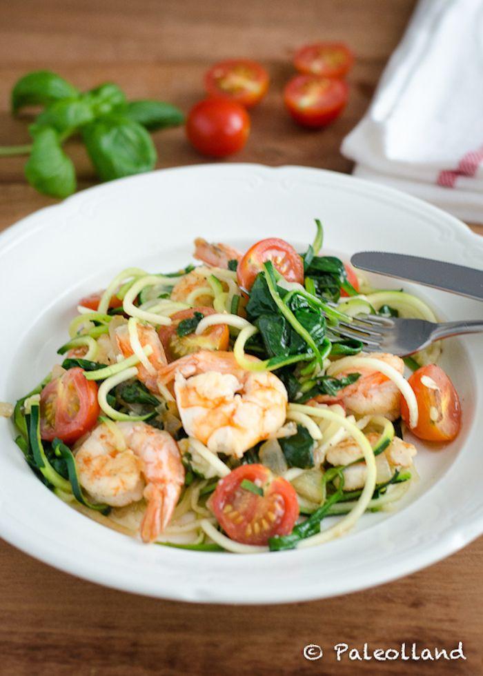 Een van de eerste uit 15 minuten paleo en nog steeds een grote favoriet: courgette pasta/ zoodles met garnalen en spinazie. Snel, gezond én lekker!
