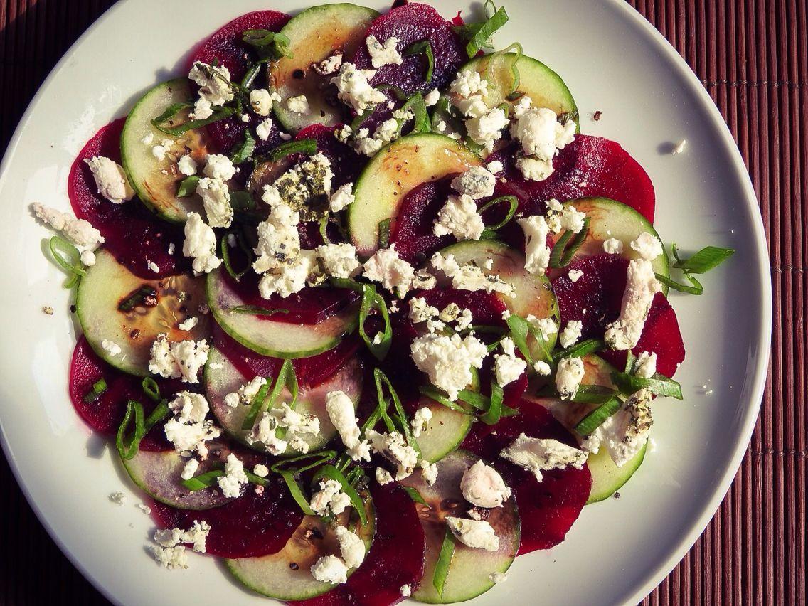 Salade betterave, chèvre et concombre avec sa réduction balsamique