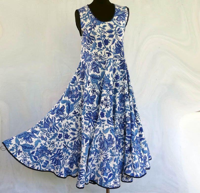 Robe blanche a fleur bleu