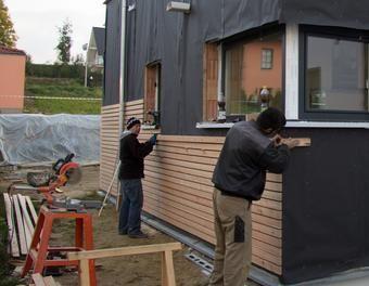 Fasadenverkleidung haus mit l rchenholz holz verkleidung - Betonwand streichen ...