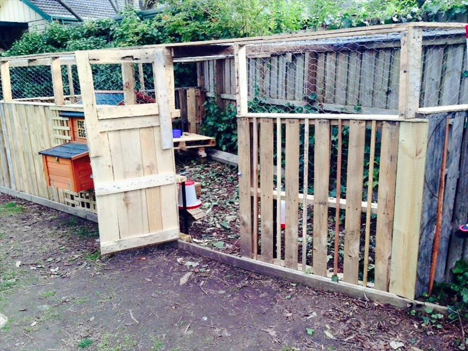 Wood pallet chicken coop or hen house 101 pallet ideas for How to build a chicken coop from wooden pallets