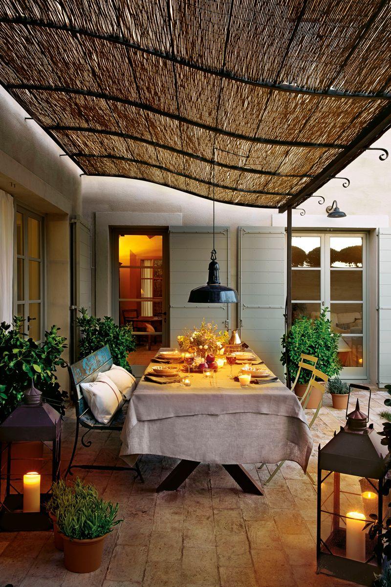 Comedor exterior bajo p rgola de ca izo con banco for Paredes que no llegan al techo