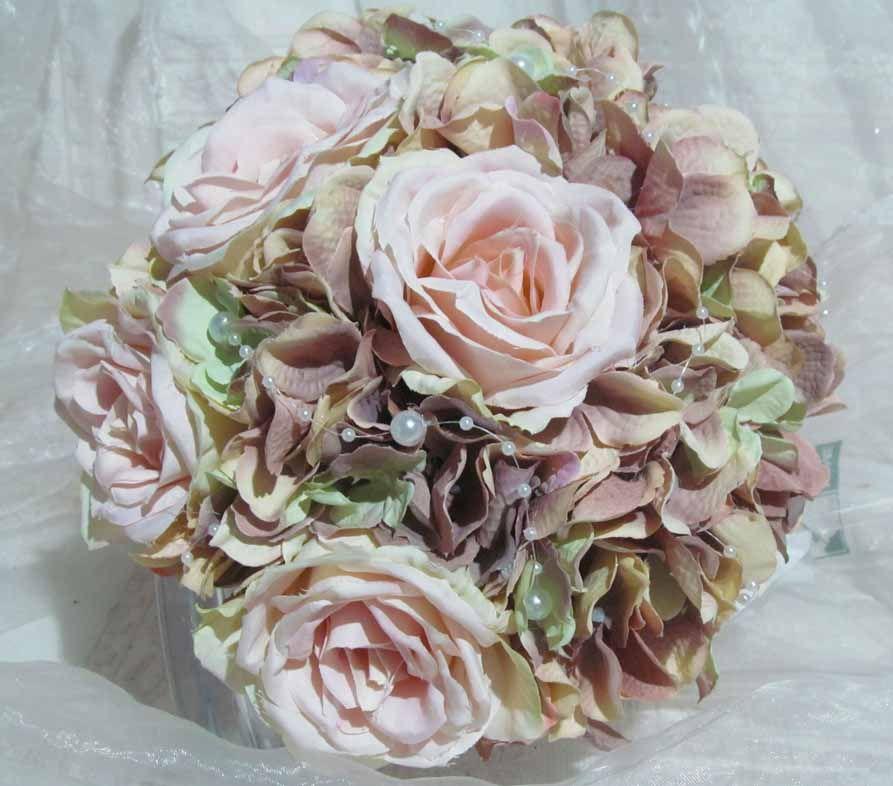 Ganz Vintage Ist Dieser Brautstrauss Die Farben Sind Vintage Rosa Rose Altrosa Und Zartes Lindgrun Perlen Sitzen Vereinzel Strauss Brautstrauss Brautstrausse