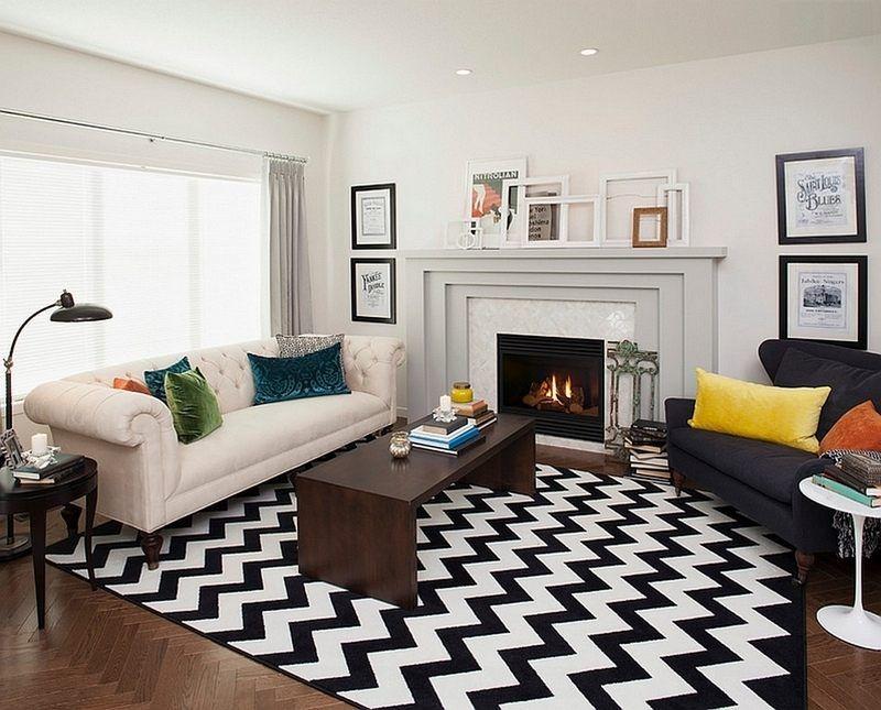salon blanc et noir chic avec tapis à chevrons et coussins colorés