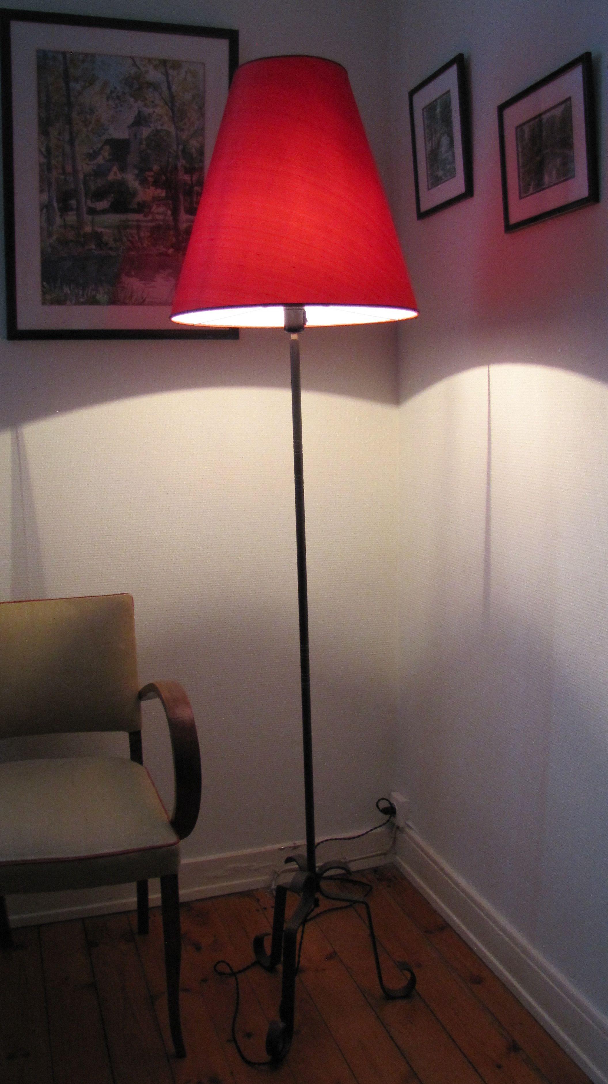 Classique tout en étant actuel, ce lampadaire en fer forgé