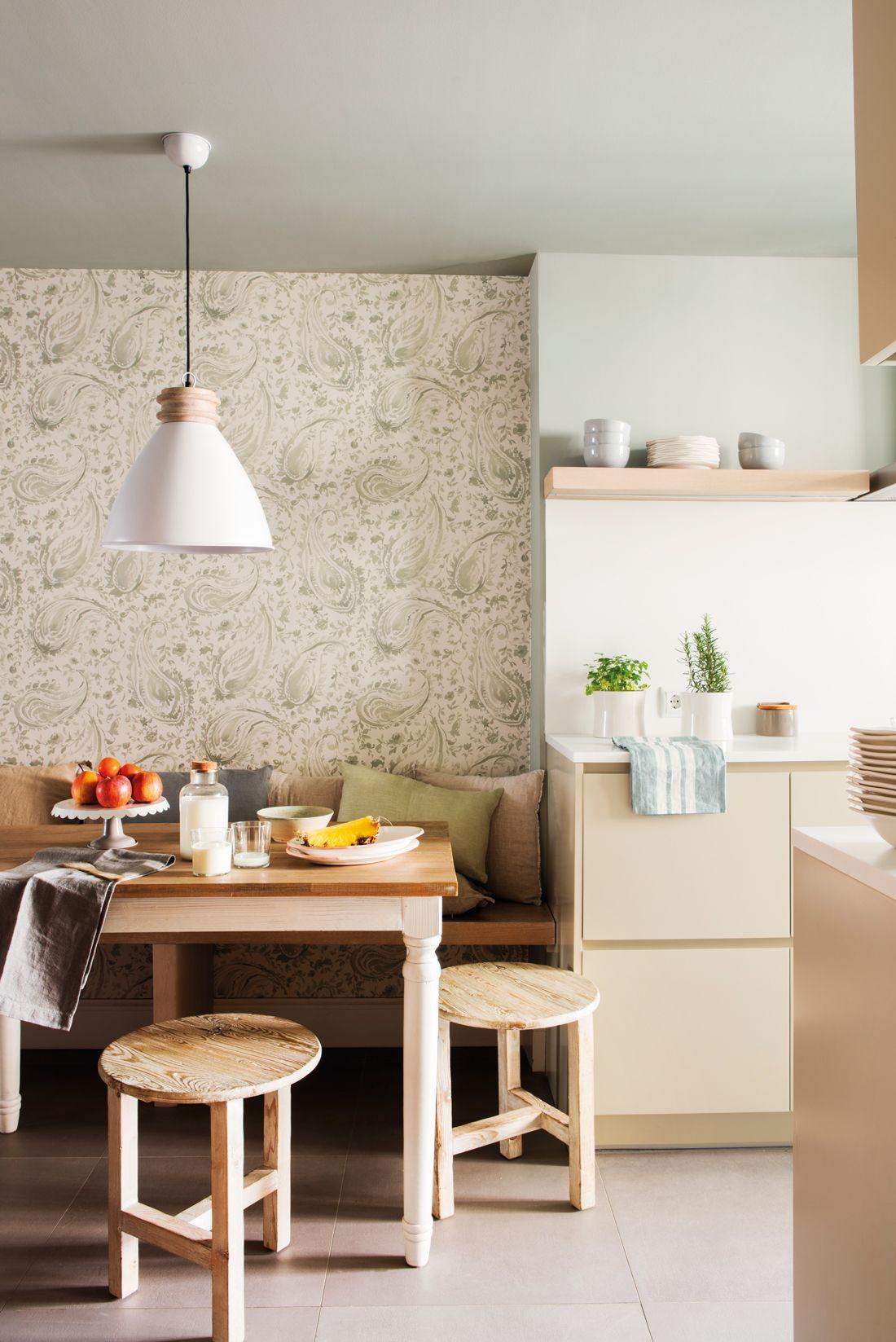Office con papel pintado en tonos verdes y blancos, mesa y taburetes ...