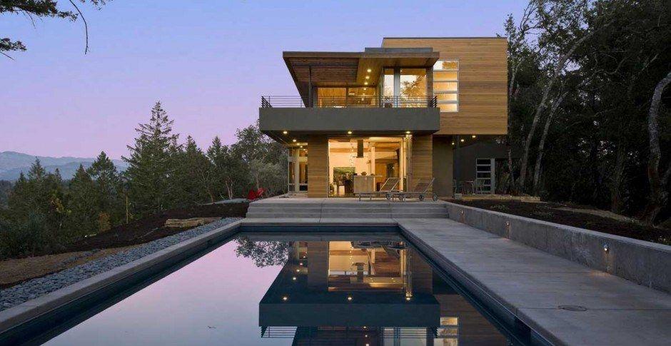 Maison contemporaine bois et béton nichée sur une colline californienne