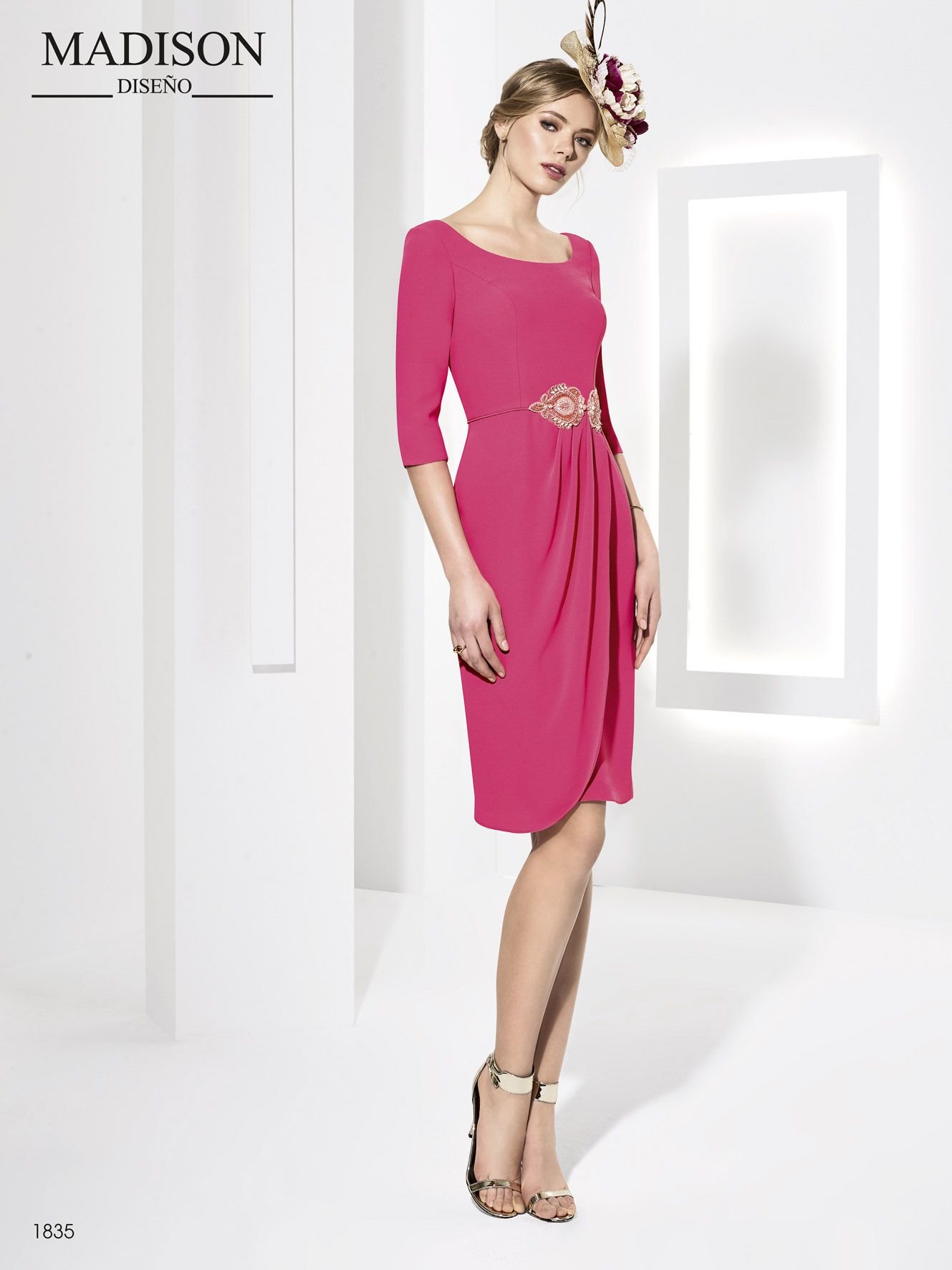 Elegante vestido corto de fiesta en crepe con aplicación de pedrería ...