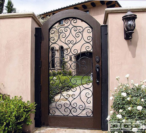 Would so love my front gate to look like this and our for Puertas rusticas de herreria
