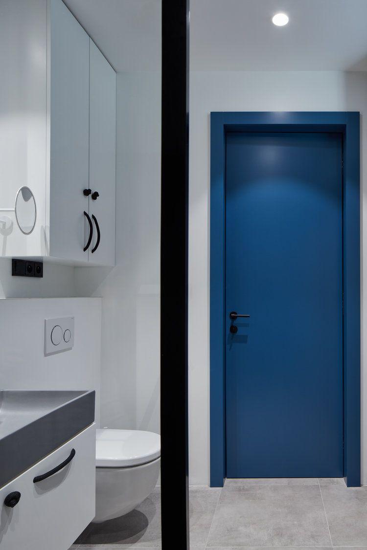 In deze kleine stoere badkamer kan je TV kijken vanuit de douche ...
