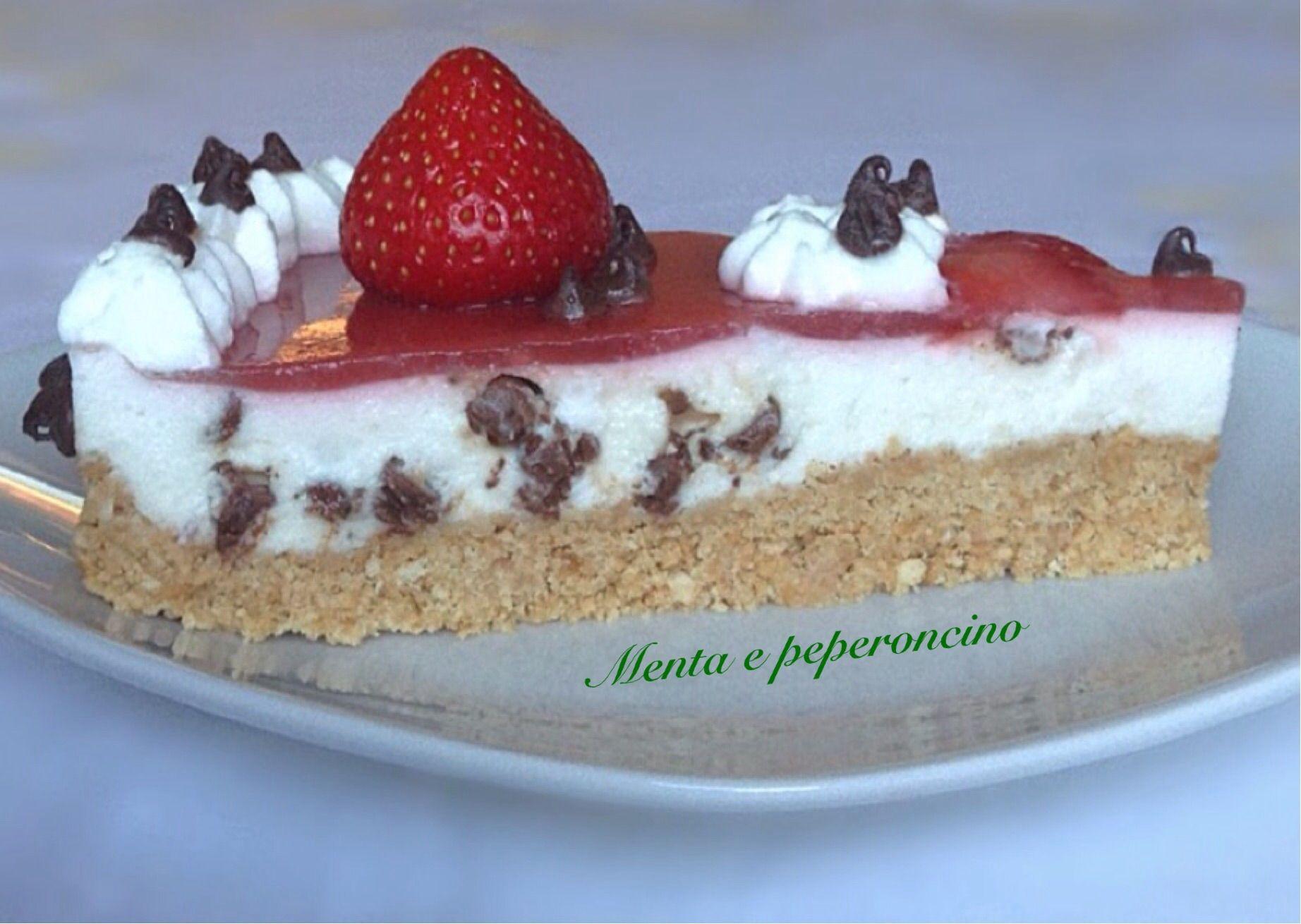 """Una torta fredda ideale da gustare d'estate... sto parlando della """"Cheesecake con glassa alle fragole"""" un dolce molto goloso che piace a grandi e piccini..."""