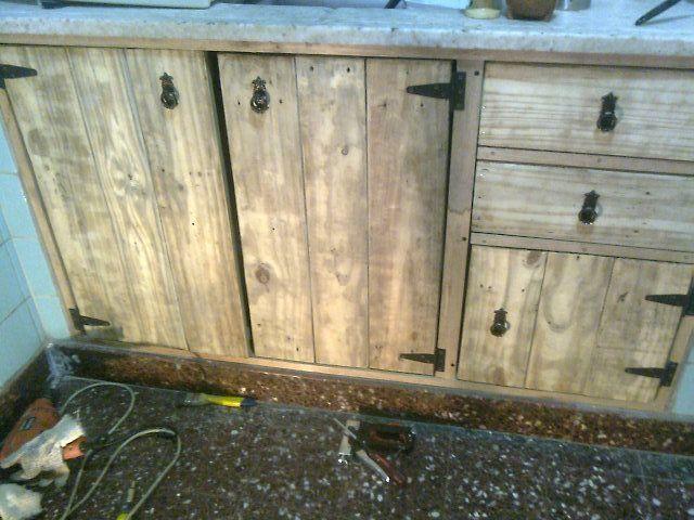 Como hacer puertas de bajomesada con tablas de madera - Como hacer una puerta rustica ...