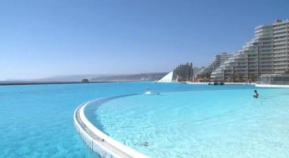チリの首都サンティアゴからおよそ100km西にある都市、アルガロボ。サンティアゴの人々にとって人気の避暑地であるこの地に、世界最大とギネスに認定されている巨大屋外 …