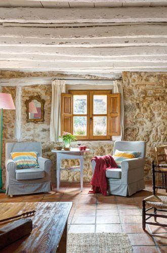 En la casa rehabilitada de Villaseca, suelos de barro, paredes de piedra vista, viguería pintada en blanco para aumentar la luminosidad... cumple con todos los cánones de las casas con encanto.: