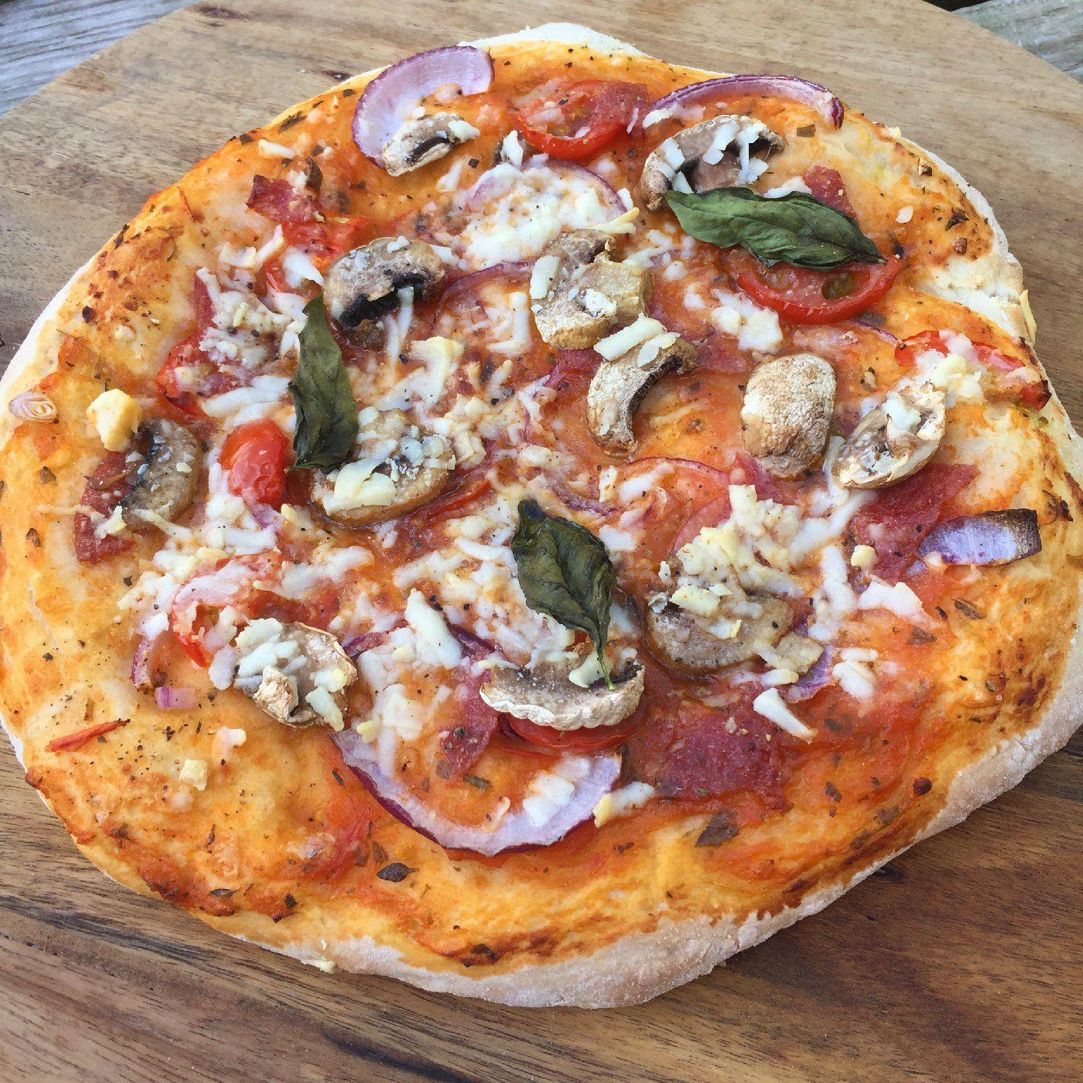 Aangezien hetvakantie is, leek het me leuk om een lekker comfortfoodrecept met jullie te delen. Dit is een easy Monday die je met het hele gezin kunt maken!Ik maakte dit weekendsamen met Bas onze eigenhomemade pizza met zelfgemaakte tomatensaus en vers beleg. Zo lekker en zo leuk om te doen! Wij hebben deze pizza gemaakt op mijn nieuwe pizza steen voor de kamado grill, maar je kunt hem ook gewoon in de oven klaarmaken. Natuurlijk kun je eindeloos variëren met het beleg voor je pizza…
