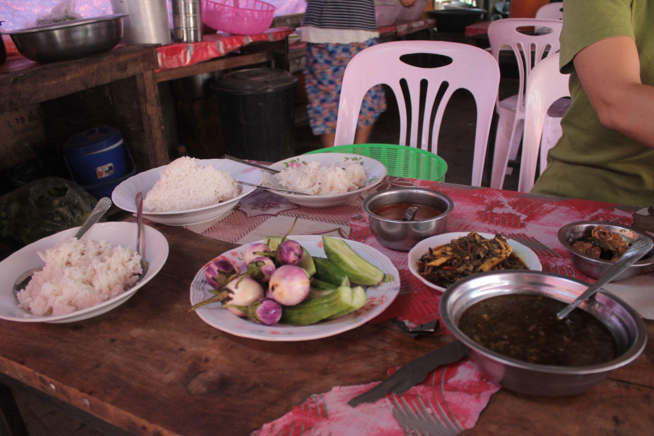 Primera comida en Myanmar, al cruzar la frontera. Arroz con mil curris