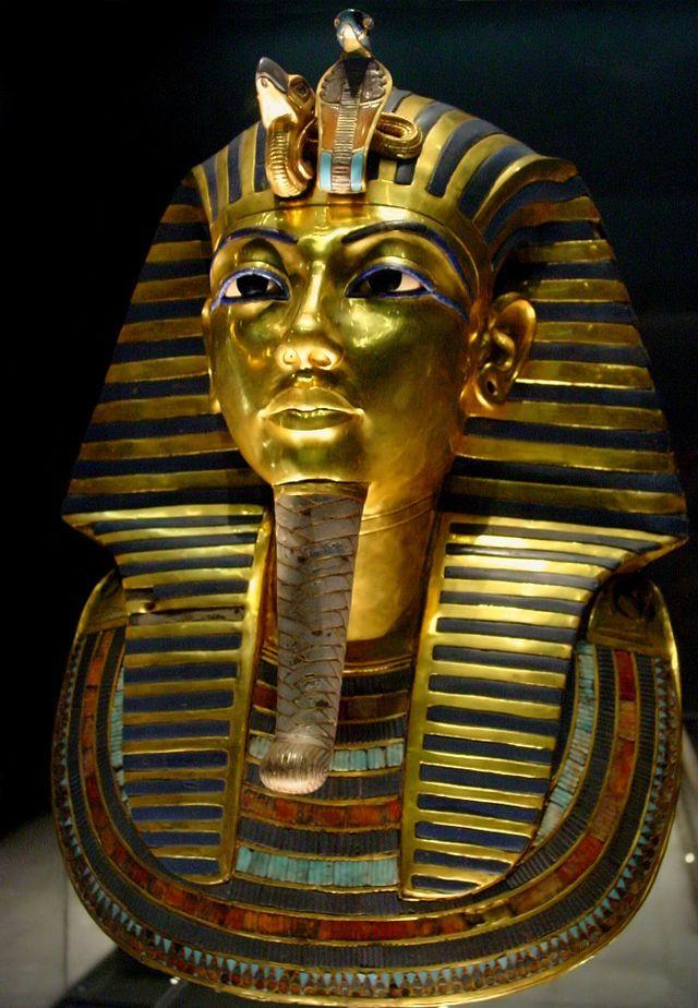 ''Maschera d'oro di Tutankhamon'', si tratta di una sorta di ''casco'' in oro massiccio, lapislazzuli e paste vitree, del peso di circa 10 kg. Sulla fronte sono raffigurate le due dee protrettrici dell'Alto e del Basso Egitto (Nekhbet l'avvoltoio ed Uto il cobra). Costruita intorno al 1325 a.C. E' esposta al museo Egizio del Cairo.