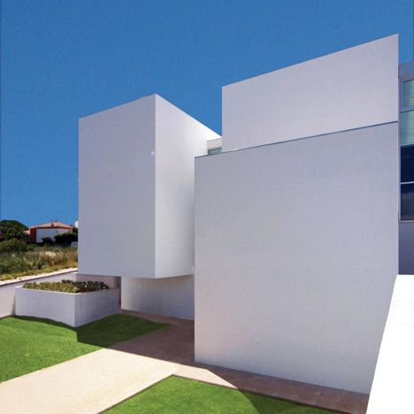 House in Paço de Arcos by  Jorge Mealha Arquitecto