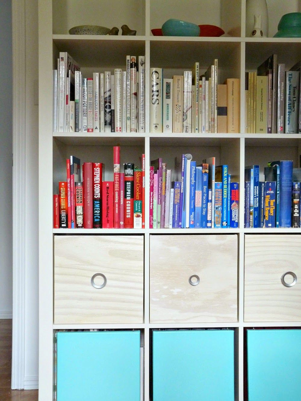 Organization by color on @townhouse_tanya's bookshelf? AMAZING! /ES