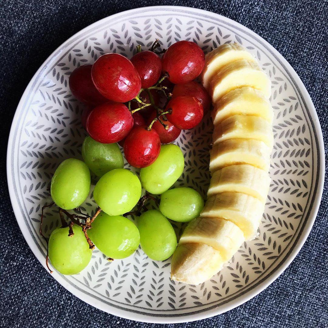 . Meyve pek yemem ama nedense canım istedi😒 iyi ki pek yemiyomuşum valla bi de yesem nolurmuş acaba 😃 🍇 🍌 . . . . . .