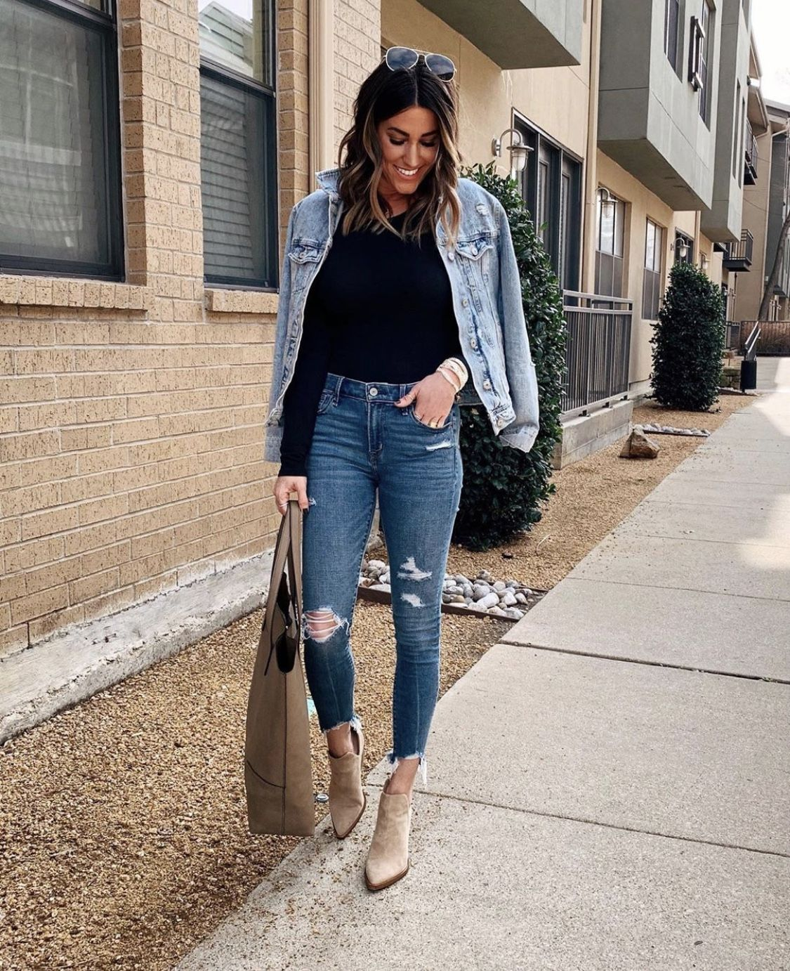30 Ways To Style A Denim Jacket The Sister Studio In 2021 Casual Chic Outfit Spring Work Outfits Denim Jacket [ 1382 x 1125 Pixel ]