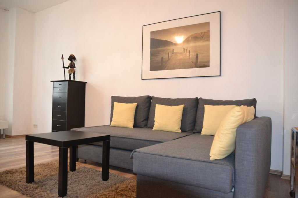 Wohnzimmer Berlin ~ Graues sofa in wohnzimmer berlin prenzlauer berg wohnung