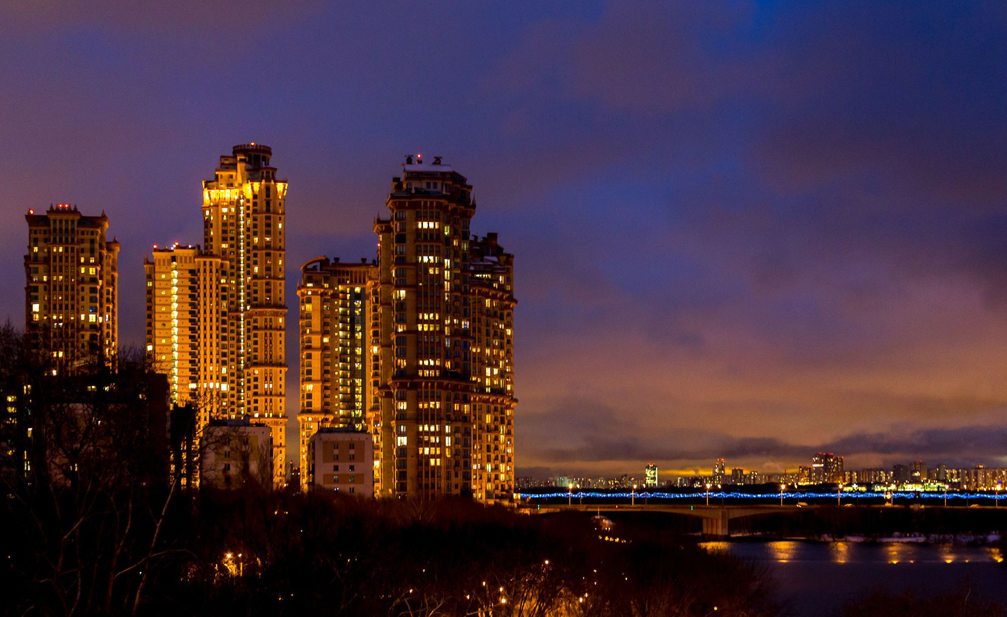 """Golden Sails of Moscow - Золотые паруса Москвы. Жилкомплекс """"Алые паруса"""" в зимних сумерках."""