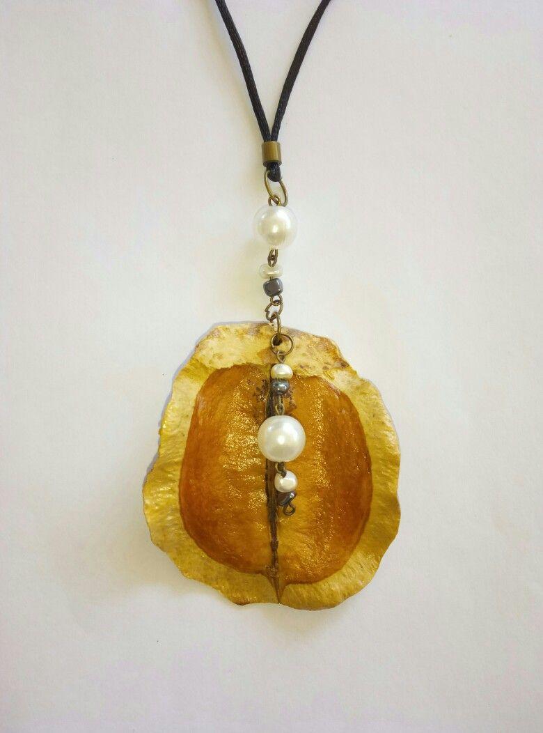 63bffa9b2777 Collar artesanal realizado con fruto de jacaranda.