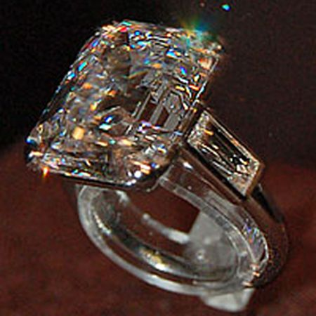 Grace Kelly S 12 Carat Diamond Engagement Ring From Cartier Another Photo That Shows Off The Spark Engagement Rings Cartier Jewelry Picture Beautiful Jewelry