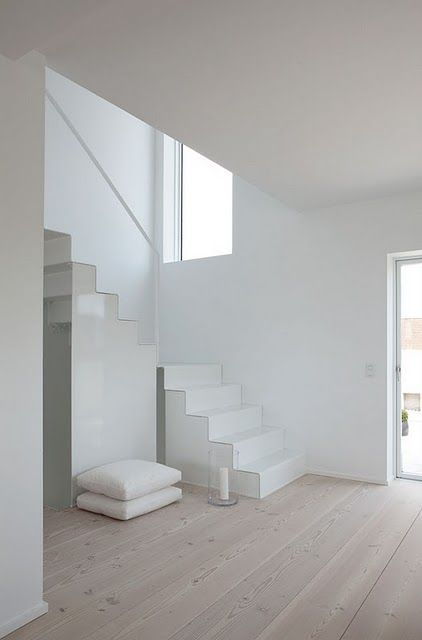 STAIRS  lovely modern detailing for a simple staircase Salon