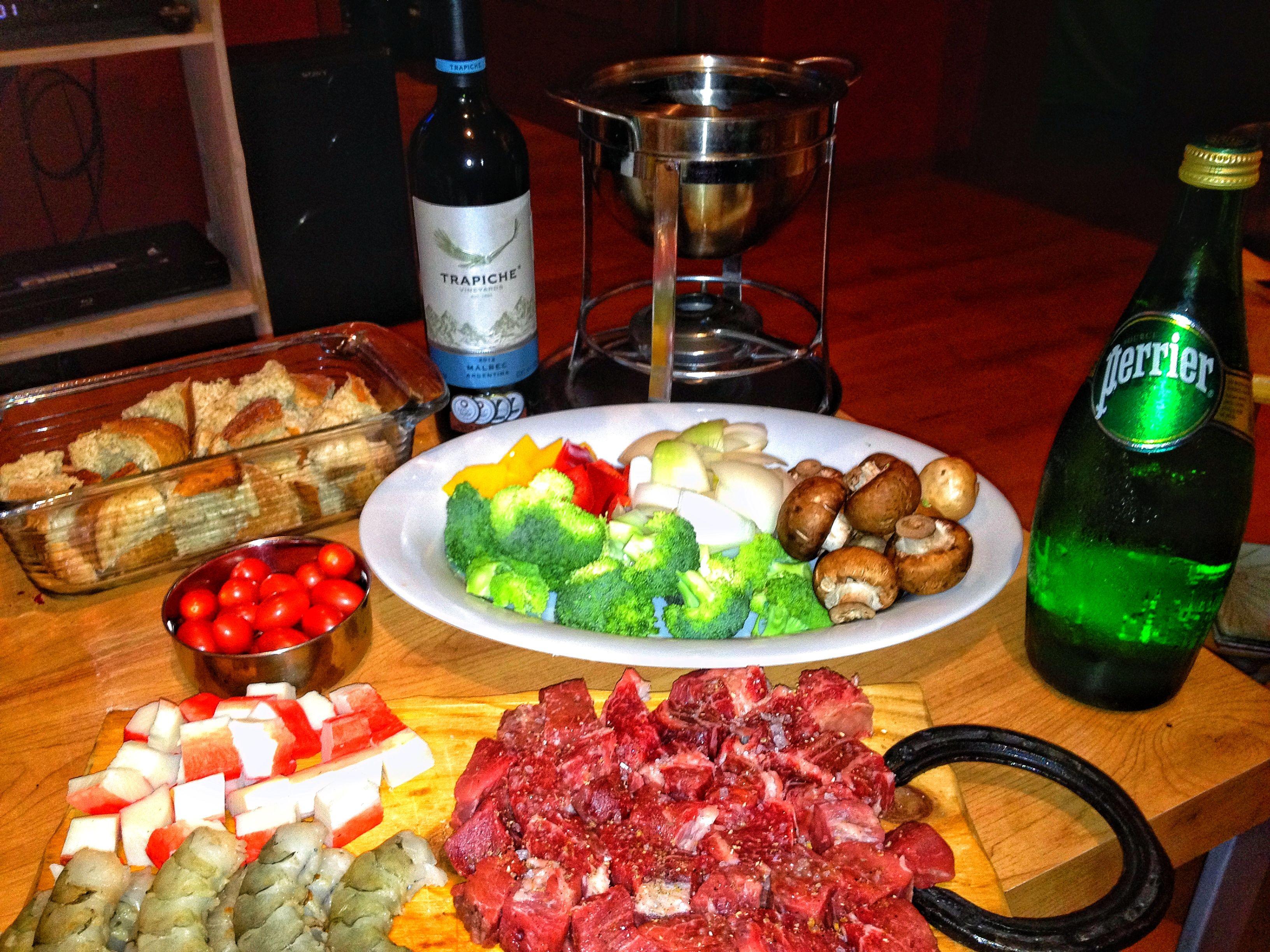 Fondue Mixto: 4 quesos, Rib Eye, Medallón de Filete, Camarones y vegetales mixtos.