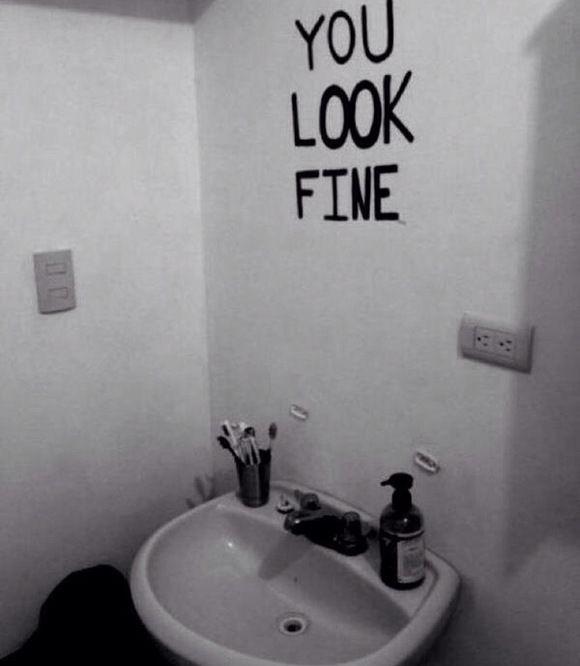 Opstaan, naar het toilet gaan en even in de spiegel kijken. Een slaperig, verward hoofd goedemorgen wensen. Ook al schijnt de zon niet. Onder de douche stappen. Afdrogen en aankleden. In de spiegel…