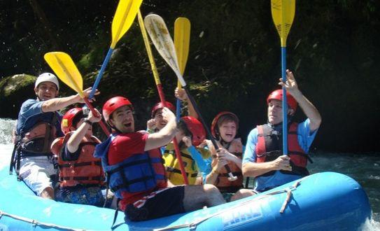 Si todavía no tenés planes para tus vacaciones de medio año, aprovechá este 50% de descuento que te ofrece Adrenalina Rafting en un tour de rafting en el Pacuare clase III y IV o en el río Pejibaye clase II y III ¡ideal para un paseo familiar!