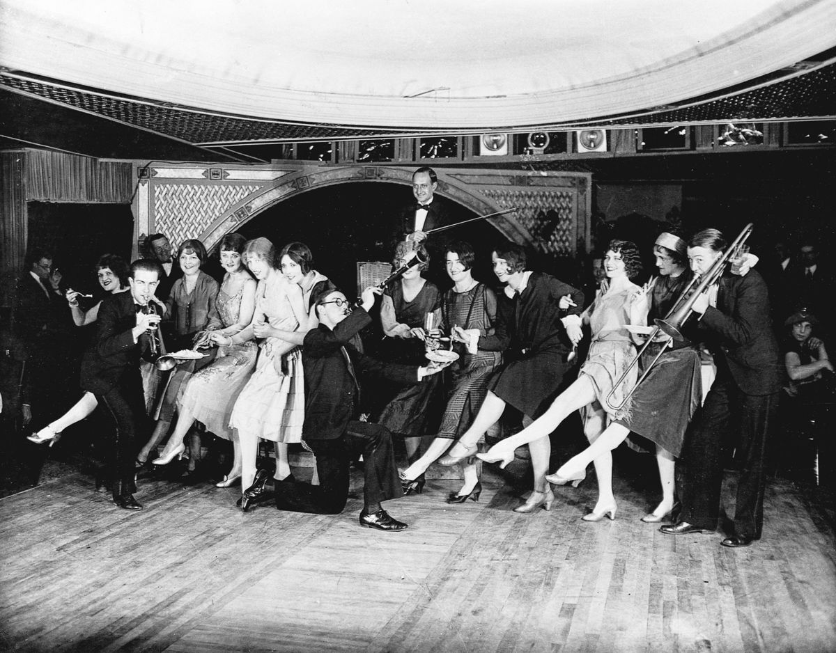 The Charleston and jazz in the Roaring 20s!