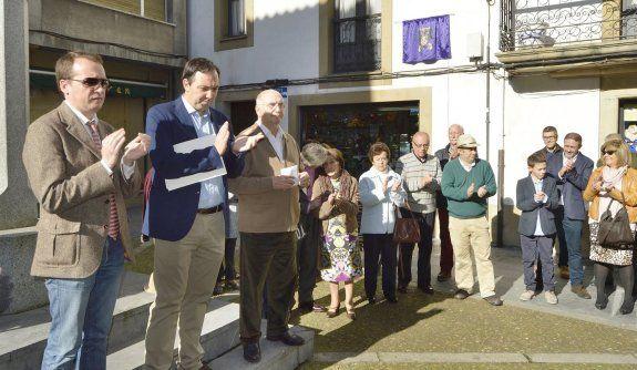 Orgullo de vecina. Los asistentes al homenaje en memoria de María Elisa Álvarez Obaya.